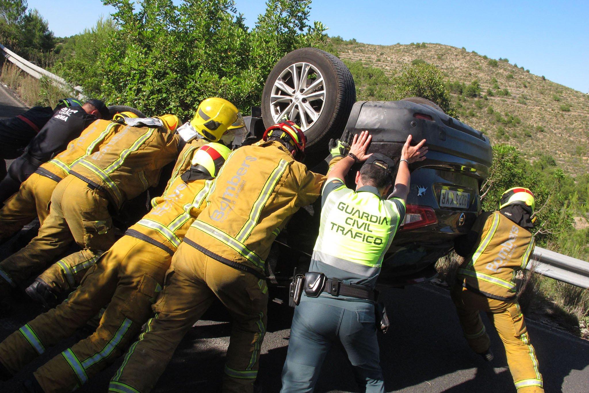 Accidente en Les Planes acaba con un vehículo volcado 09