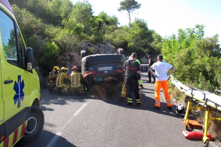 Accidente en Les Planes acaba con un vehículo volcado 11