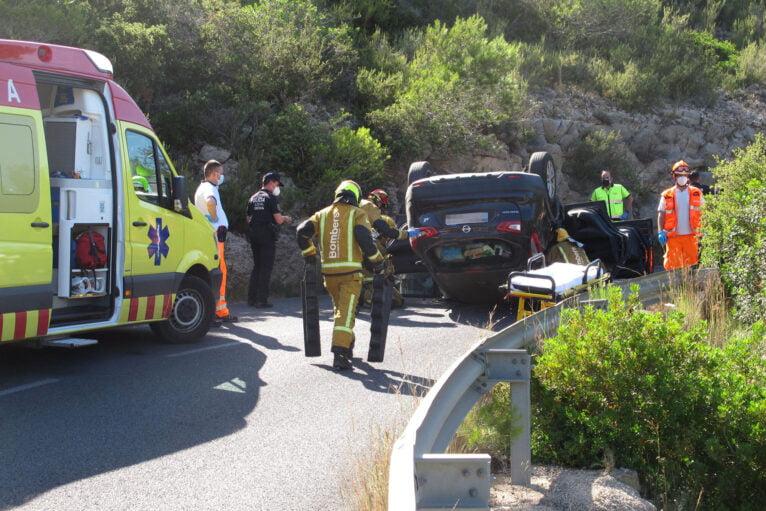 Accidente en Les Planes acaba con un vehículo volcado 13