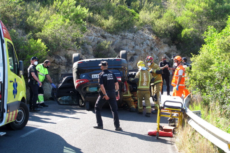 Accidente en Les Planes acaba con un vehículo volcado 14