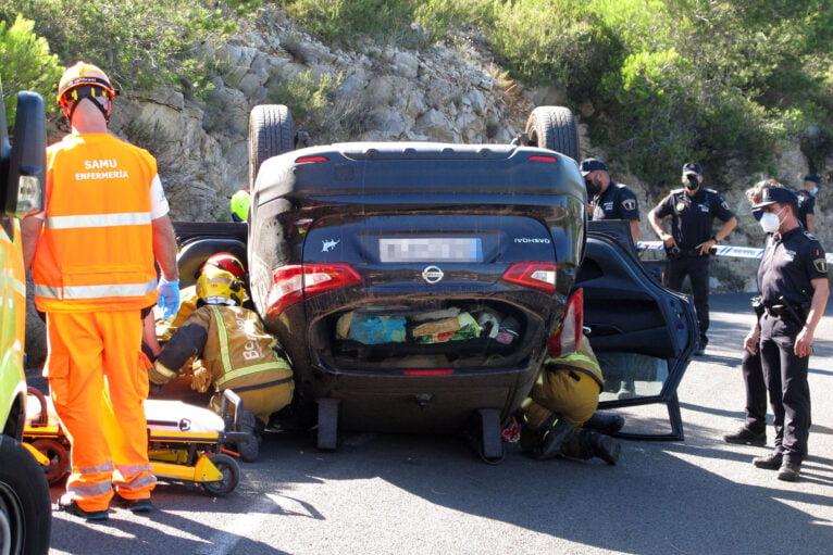 Accidente en Les Planes acaba con un vehículo volcado 16