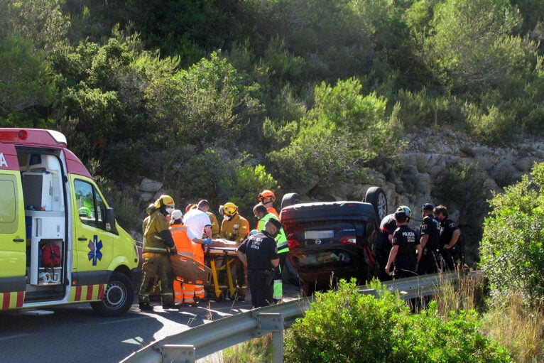 Accidente en Les Planes acaba con un vehículo volcado 17