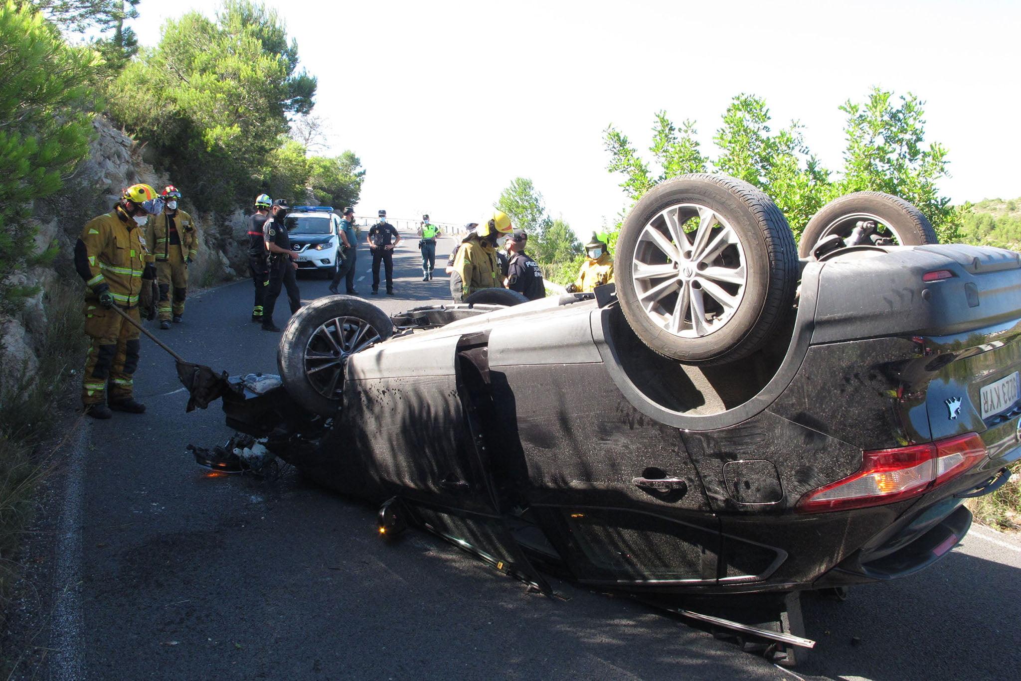 Accidente en Les Planes acaba con un vehículo volcado 18