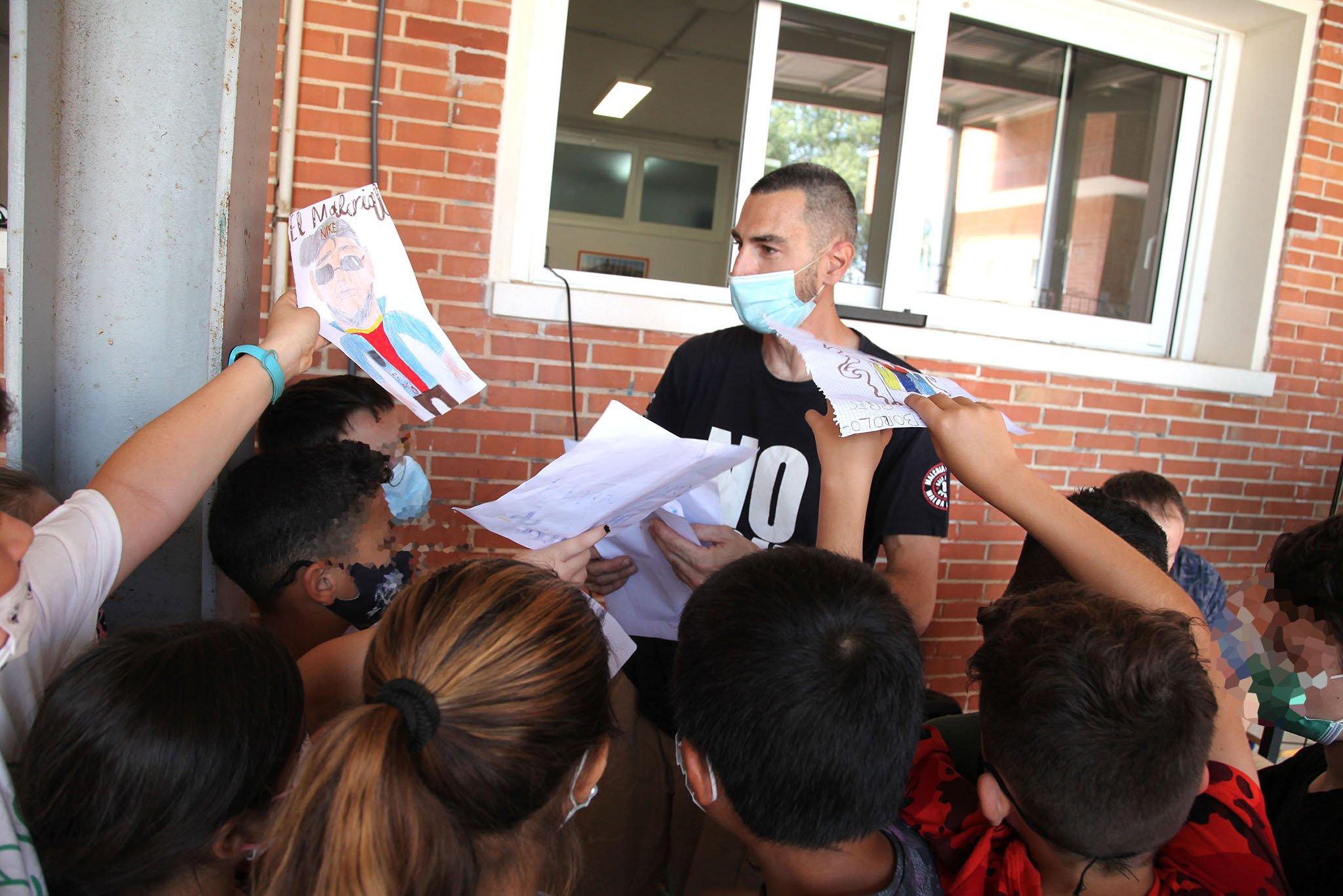 Alumnos entregan sus dibujos a Malcriat