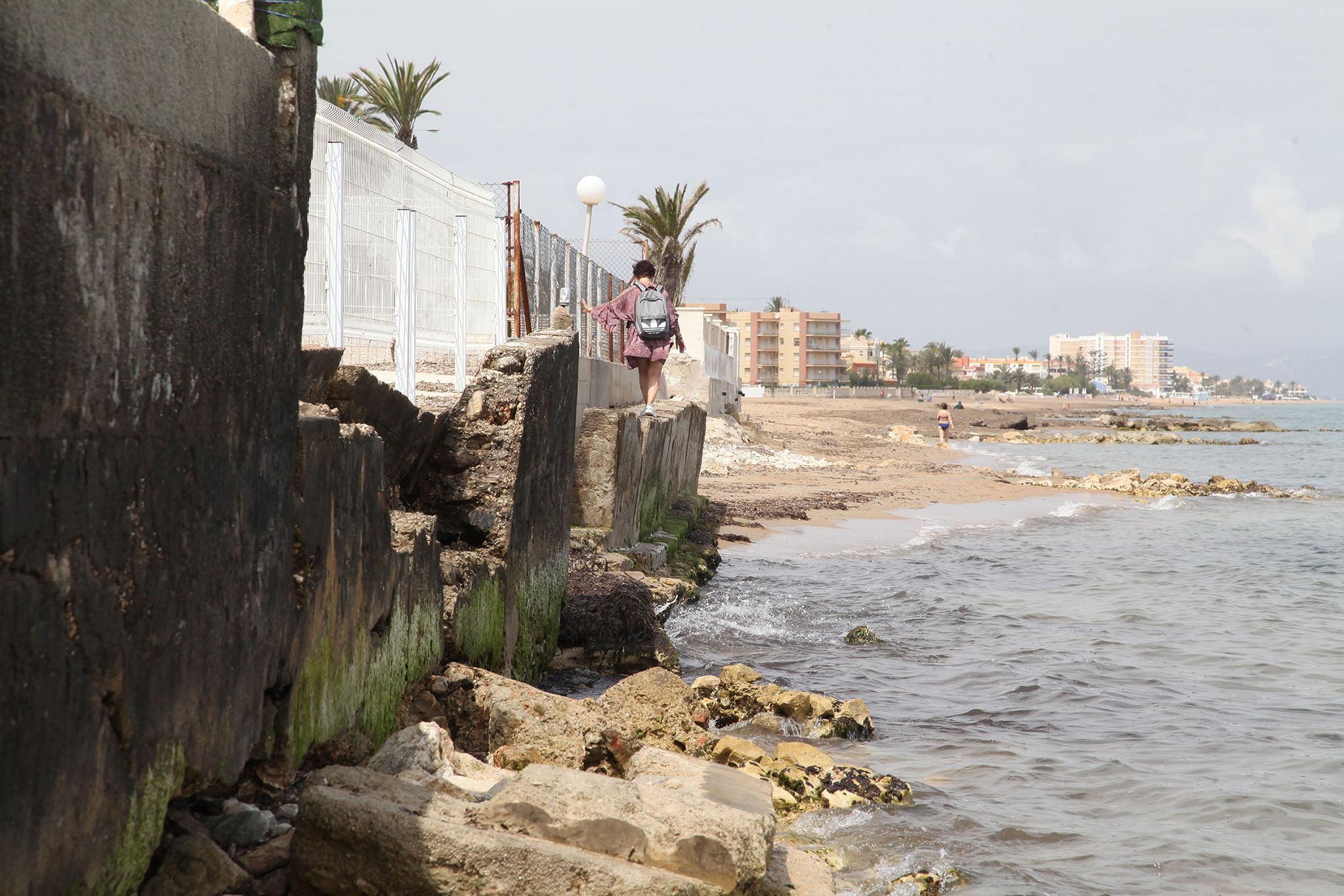 Bañista intentando pasear por la orilla