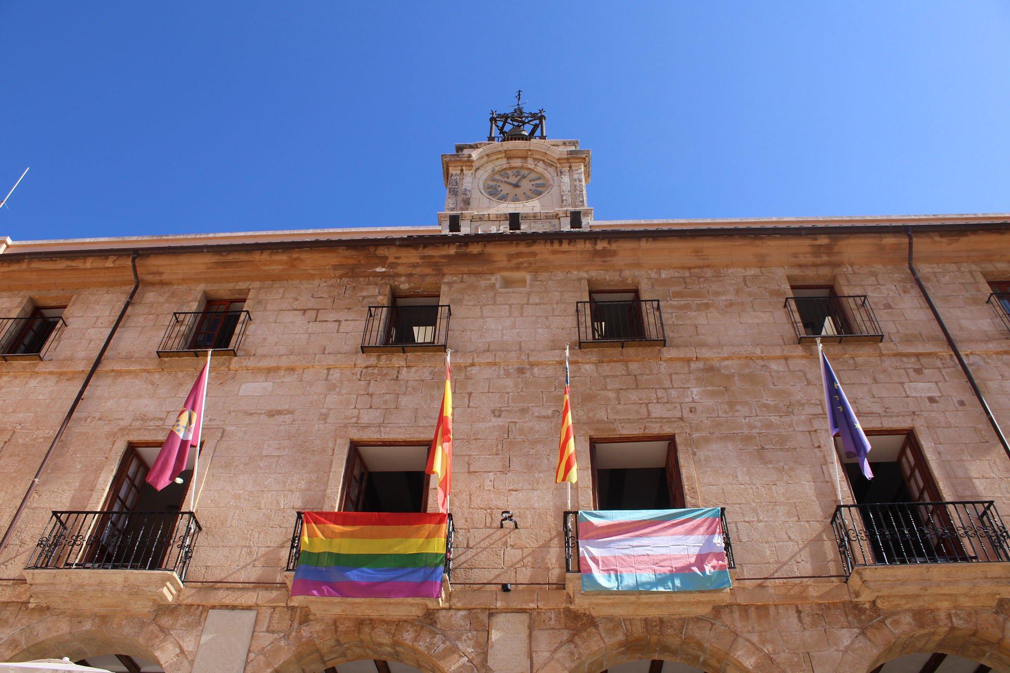 Bandera LGTBI+ y trans en el Ayuntamiento de Dénia