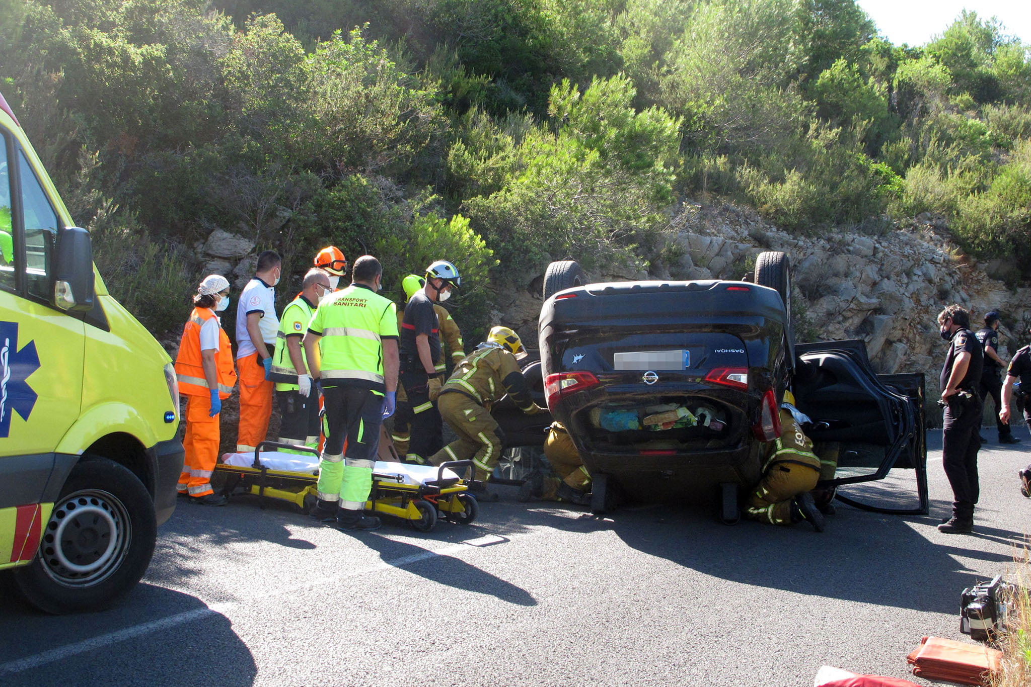 Bomberos excarcelando a la conductora del vehículo