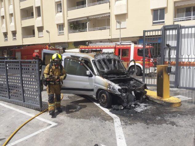 Imagen: Bomberos tras apagar el fuego