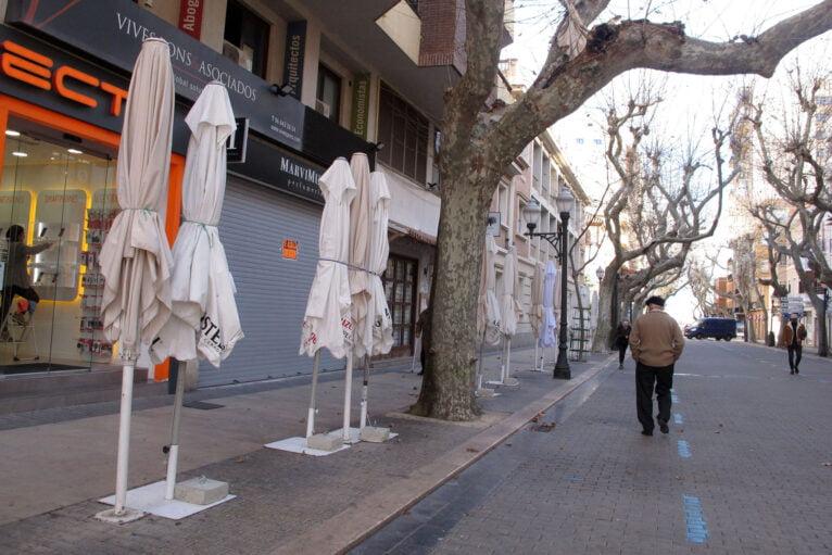 Cartel de Se Alquila en un local de Marqués de Campo junto a una terraza cerrada