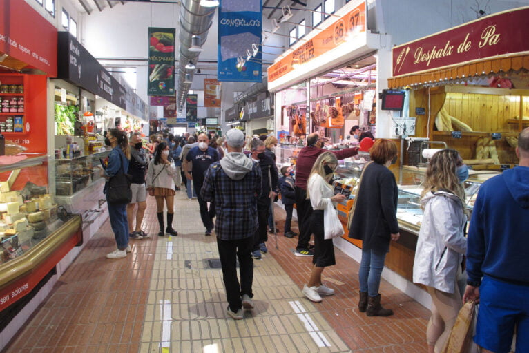 Clientes realizando sus compras en el Mercado Municipal de Dénia