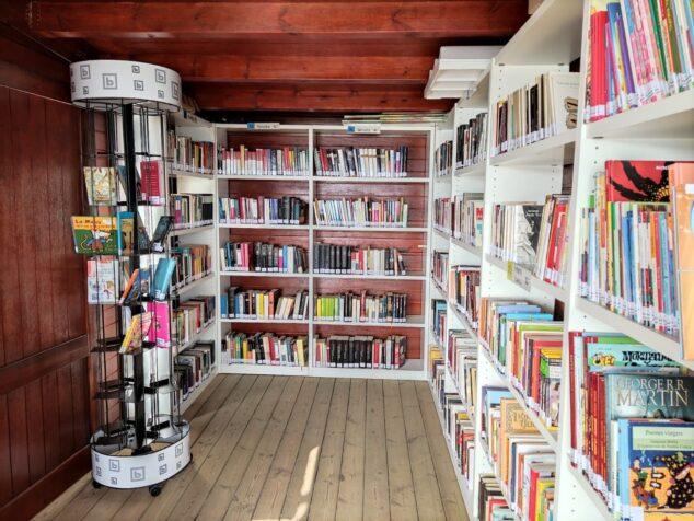 Imagen: Colección de libros para préstamos de la Biblioplatja