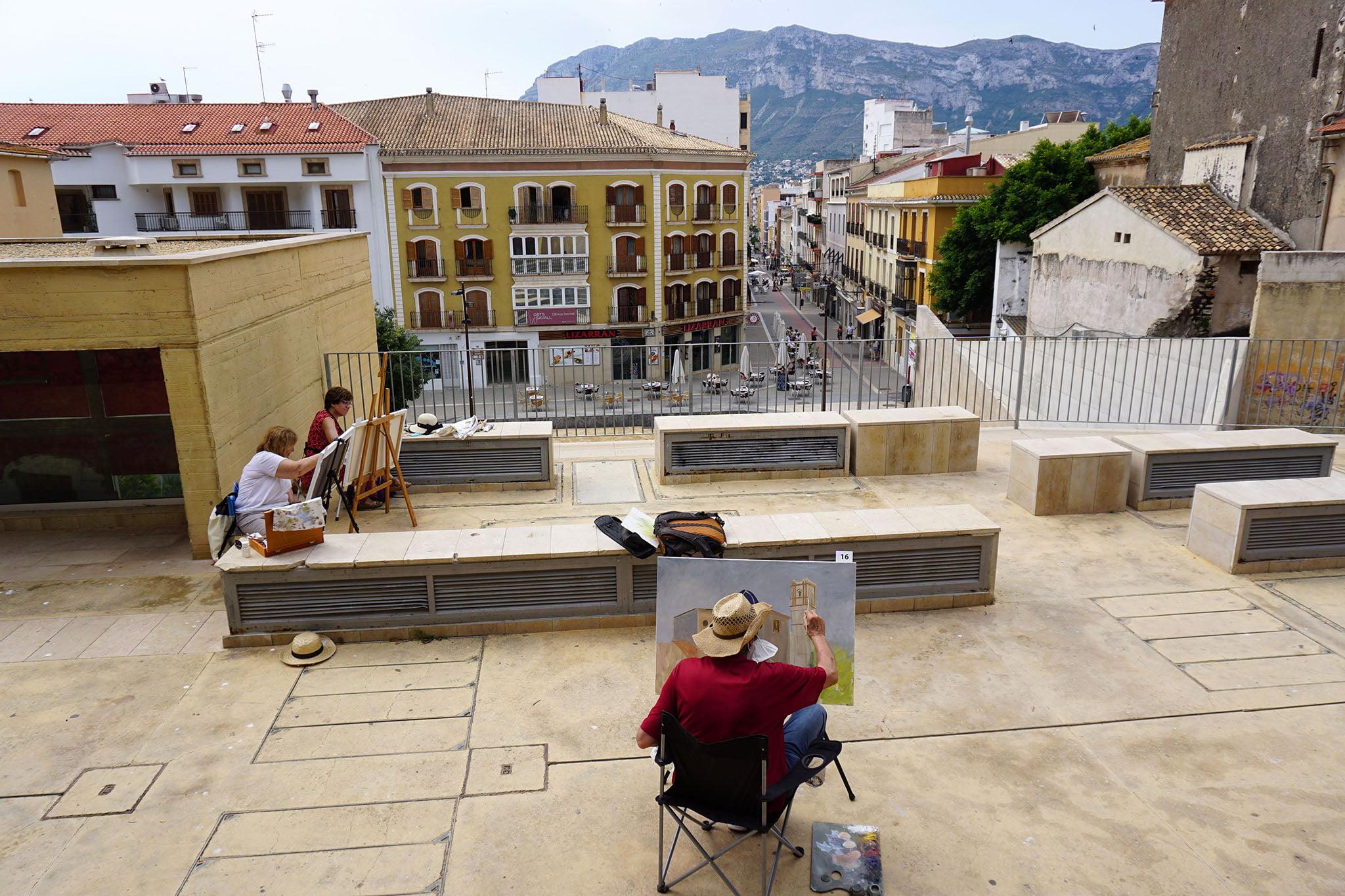 Concursantes participando en el Concurs de pintura ràpida %22Ciutat de Dénia%22 | Fotografía de Javier Ruiz 'Txin'