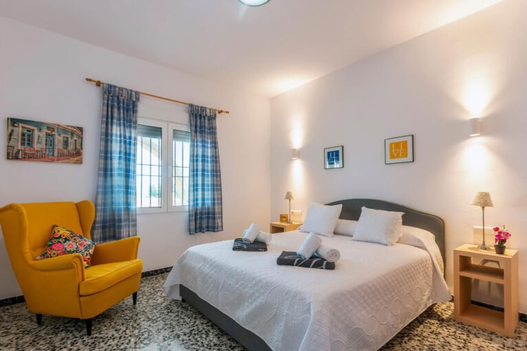 Dormitorio en una casa de vacaciones para ocho personas en Dénia - Aguila Rent a Villa