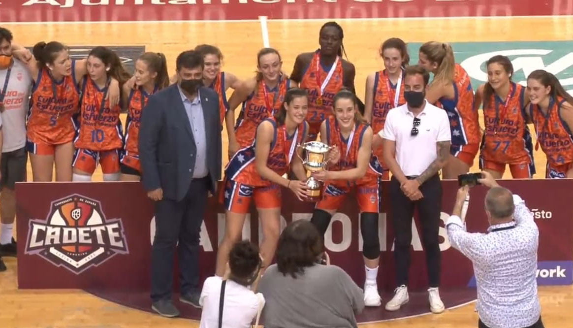 El Valencia Basket sostiene el trofeo del Campeonato de España Femenino