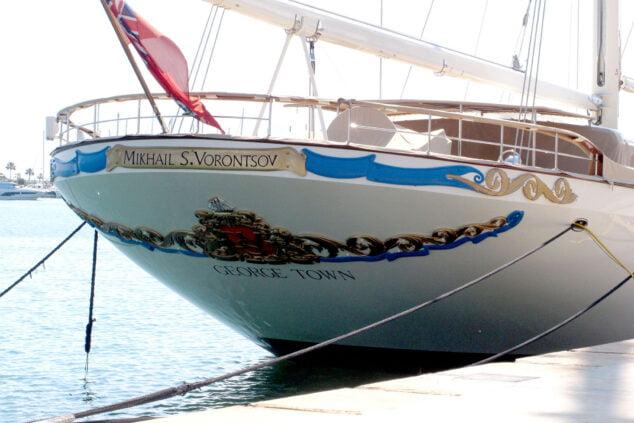 Imagen: El velero con bandera de las Islas Caimán