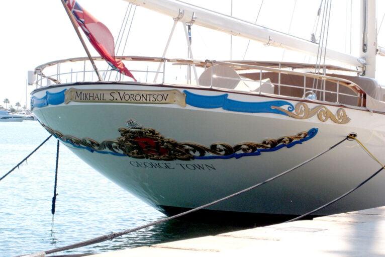 El velero con bandera de las Islas Caimán