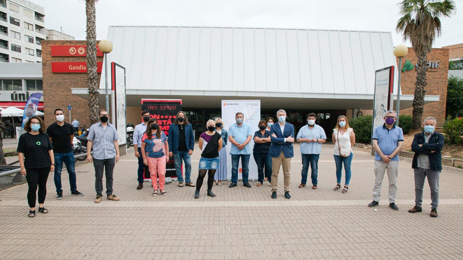 Grupo de representantes de Compromís y distintos ayuntamientos frente a la estación