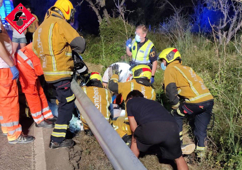 Intervención de los bomberos en el lugar del accidente