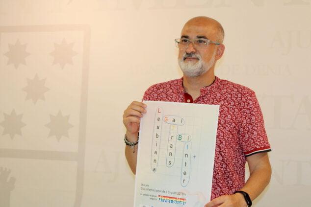 Imagen: Javier Scotto sosteniendo el cartel del Día Internacional del Orgullo LGTBI+ de Dénia 2021