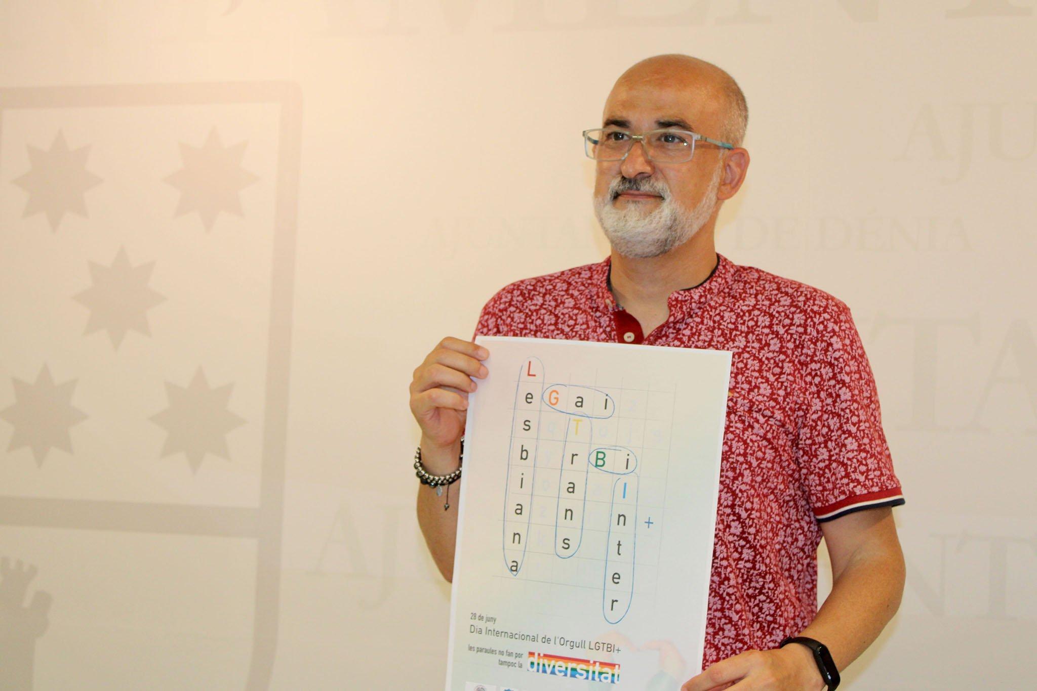 Javier Scotto sosteniendo el cartel del Día Internacional del Orgullo LGTBI+ de Dénia 2021