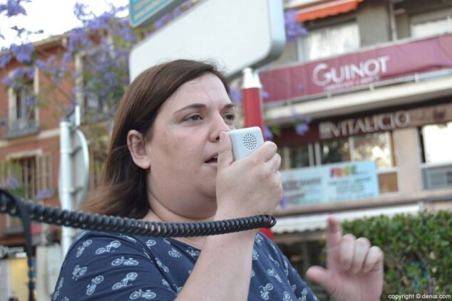 Imagen: La exconcejala Cristina Morera en una concentración en defensa de la Sanidad Pública
