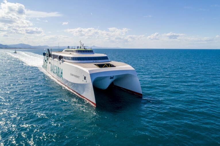La naviera cuenta con tres 'fast ferries' en estas rutas que permiten incrementar la oferta de plazas y de horarios