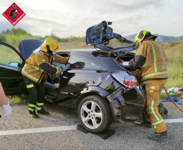 Imagen: Los bomberos excarcelan al conductor del accidente