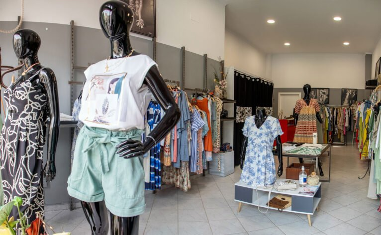 Maniquíes en una tienda de ropa de mujer en Dénia - Patricia Vila