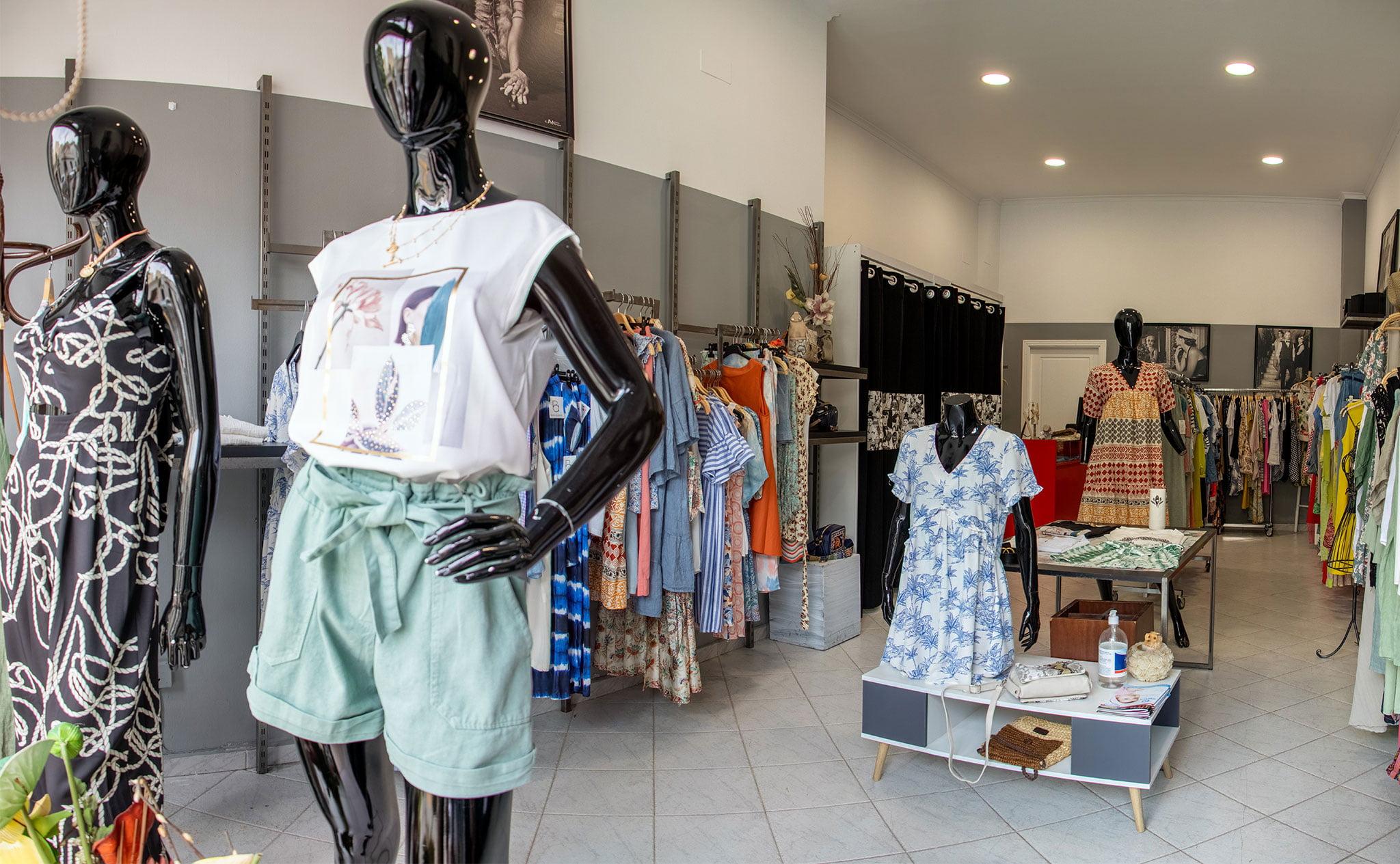 Maniquíes en una tienda de ropa de mujer en Dénia – Patricia Vila
