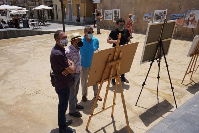 Imagen: Miembros del jurado recorriendo las obras de los participantes | Fotografía de Javier Ruiz 'Txin'