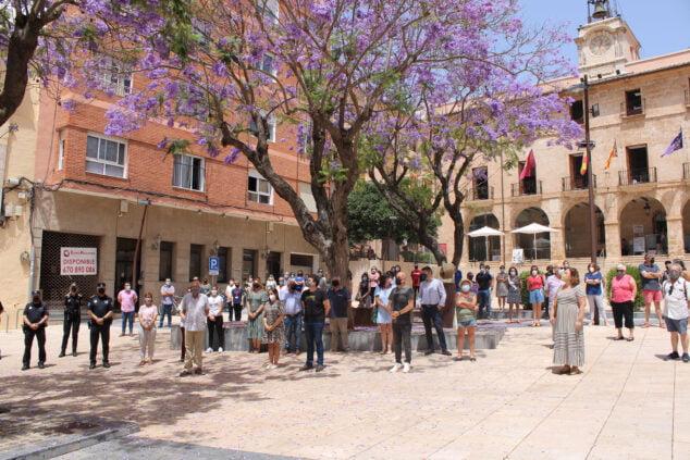 Imagen: Minuto de silencio en la plaza del Consell