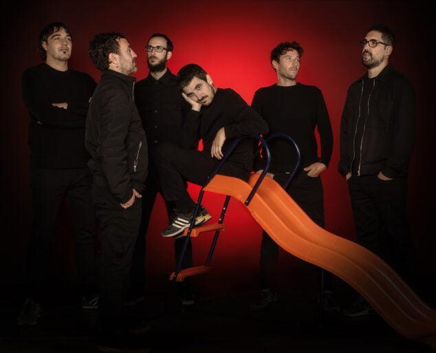 Imagen: Panxo, sobre el tobogán, junto al resto del grupo ı Foto de Irene Bernard