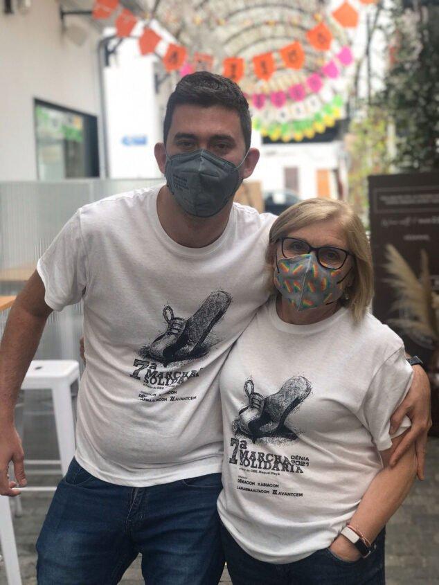 Imagen: Inscritos en la Marcha Solidaria luciendo la camiseta