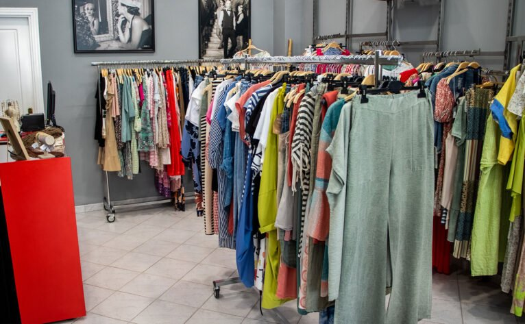Perchas en el interior de una tienda de ropa de mujer en Dénia - Patricia Vila