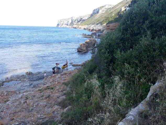 Imagen: Piragüistas extrayendo el paquete