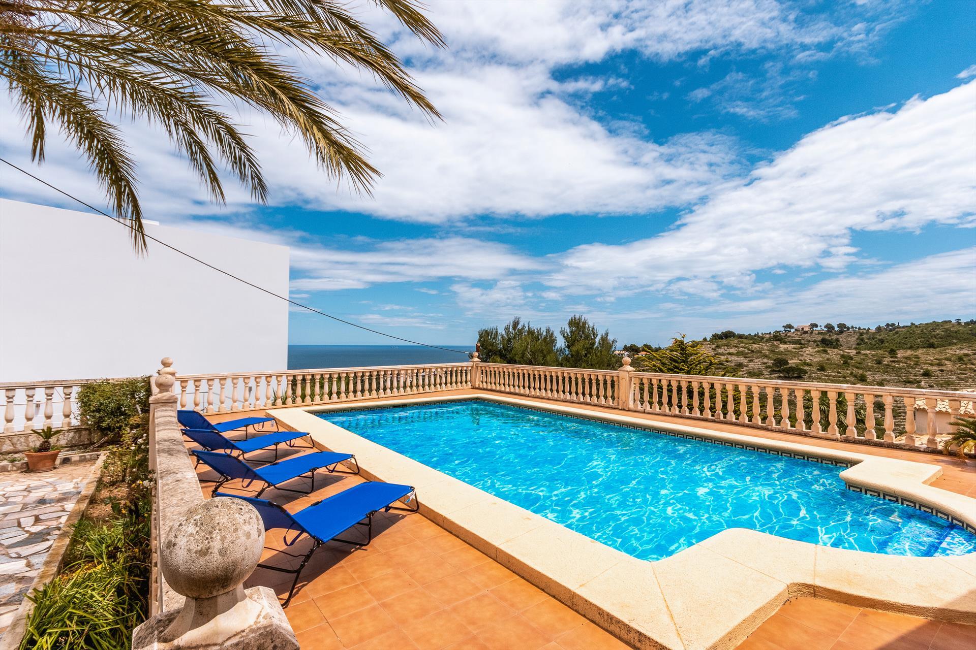 Piscina en una casa de vacaciones para ocho personas en Dénia – Aguila Rent a Villa