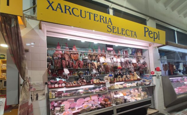 Imagen: Puesto de Xarcuteria Selecta Pepi en el Mercat Municipal de Dénia