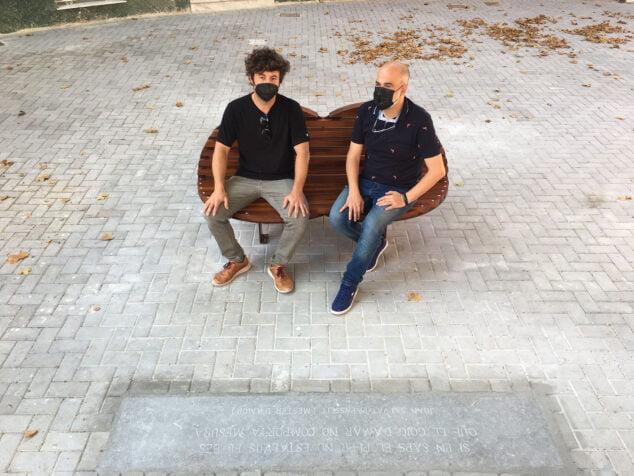 Imagen: Ramón de Cárdenas y Javier Scotto en el Banco del Beso