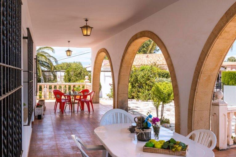 Terraza en una casa de vacaciones para ocho personas en Dénia - Aguila Rent a Villa