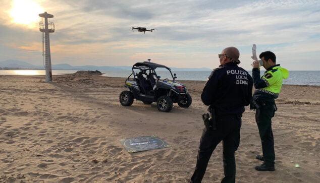 Imagen: Vigilancia de la Policía Local en la playa Els Molins durante el puente de mayo de 2020