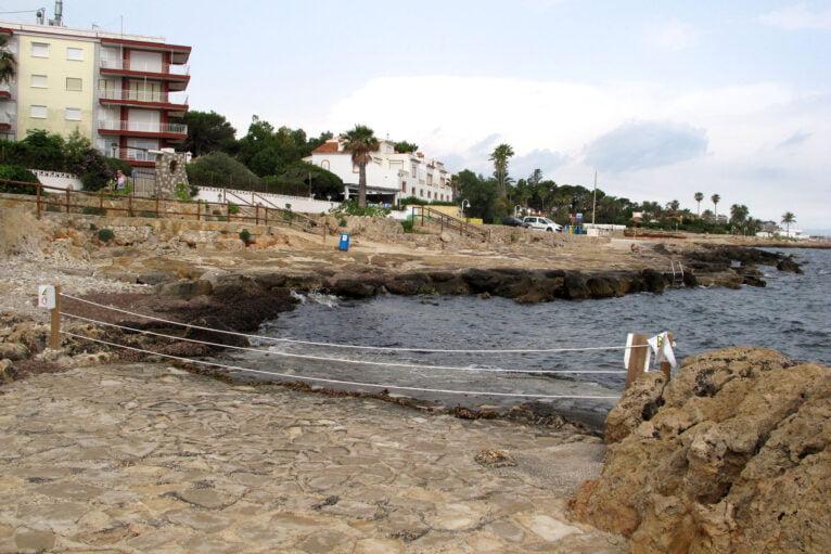 Zona acordonada en la playa de El Trampolí de Les Rotes