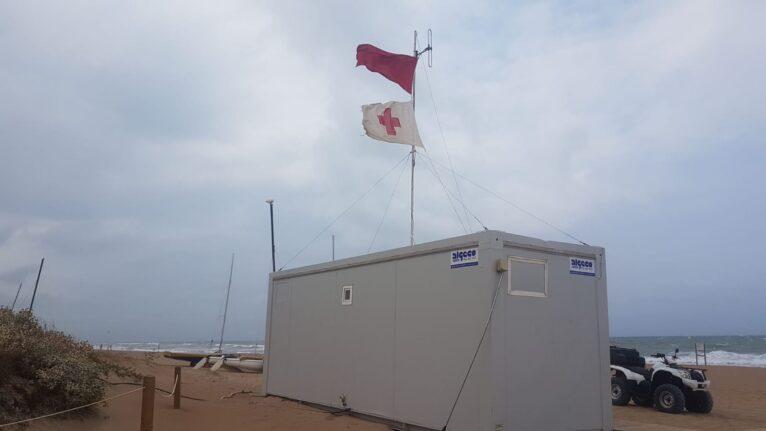 Bandera roja en un puesto de Dénia