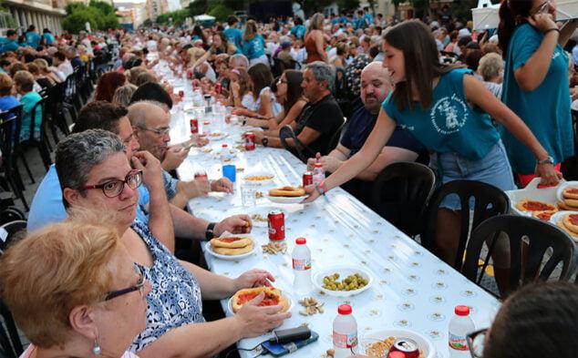 Imagen: Cena durante el Día de las personas mayores en calle La Vía