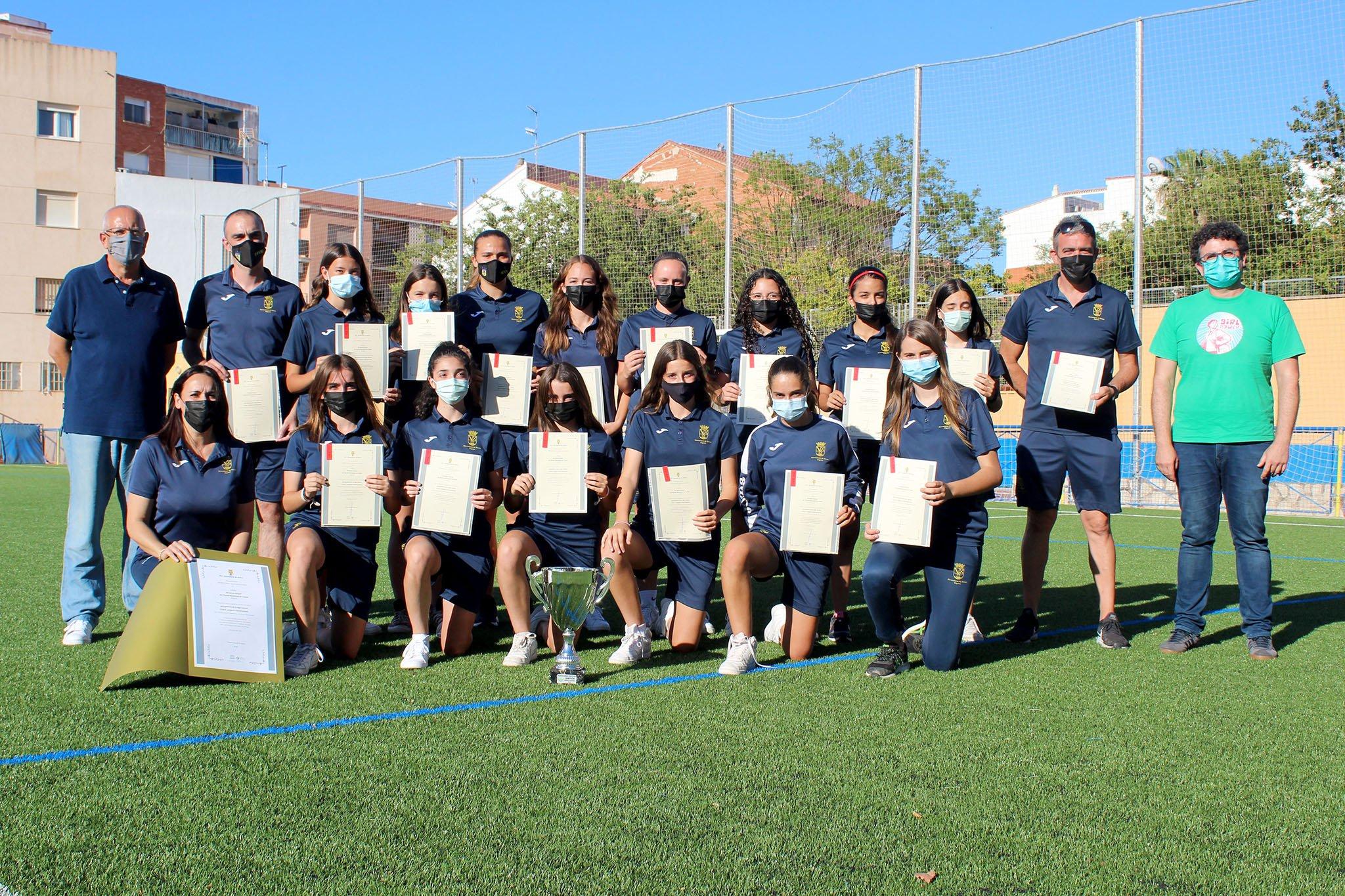 Equipo femenino con sus diplomas