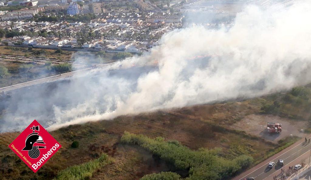 Humareda del incendio de vegetación de Dénia