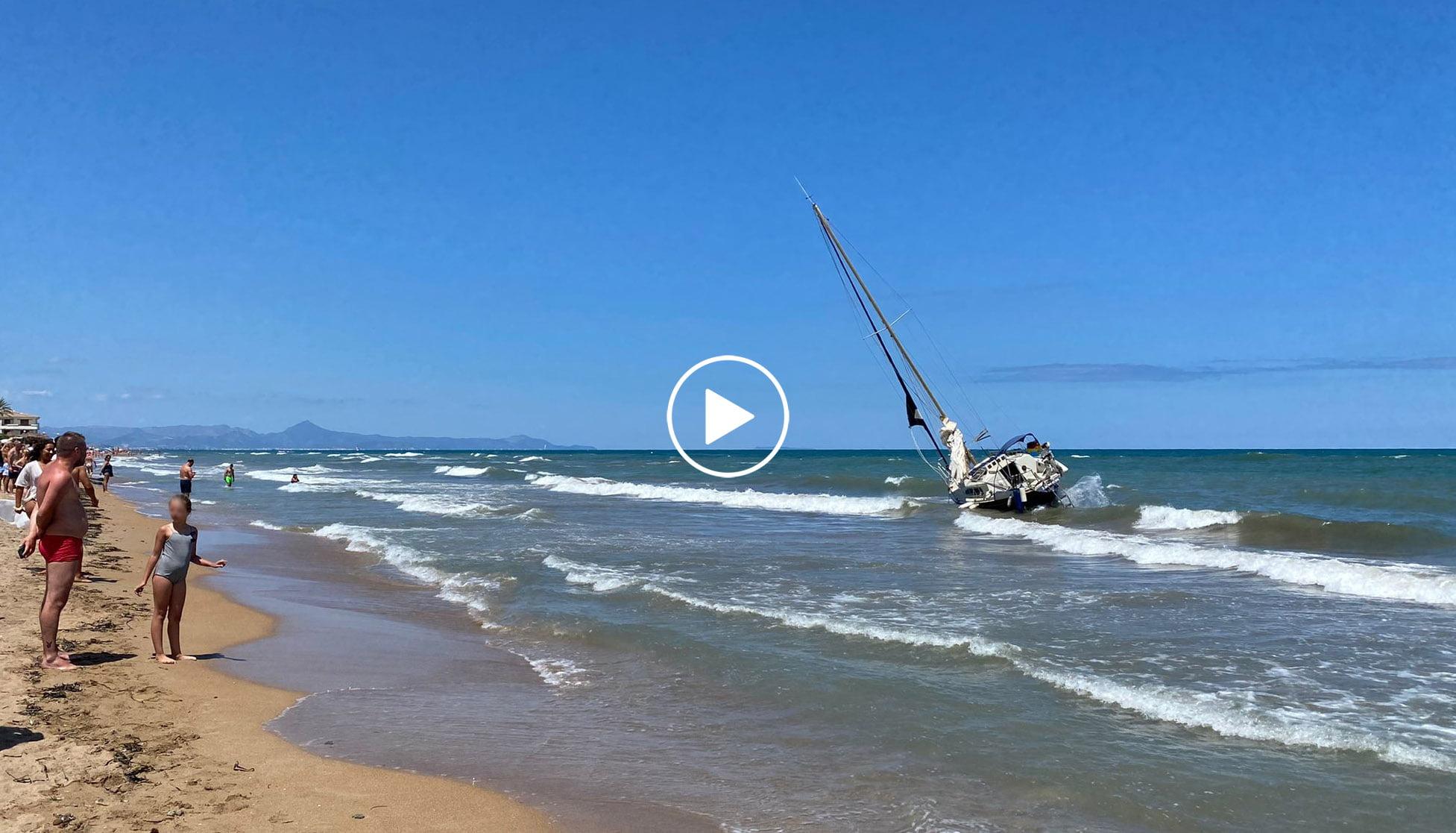 Play velero encallado en la zona de baño de la playa de Les Bovetes