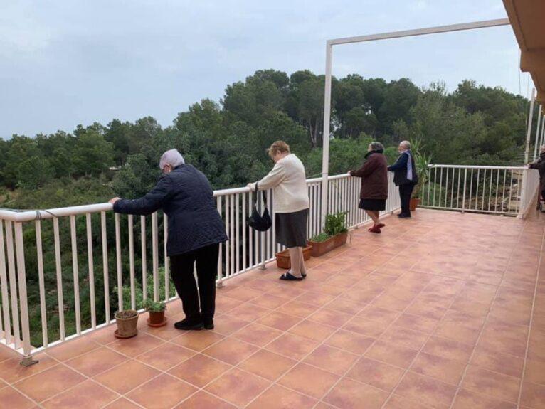 Residentes de Santa Llúcia durante el confinamiento