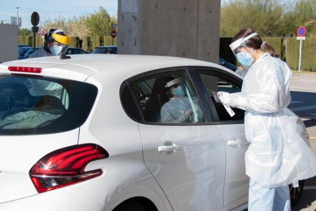Imagen: Sanitario realizando pruebas de PCR
