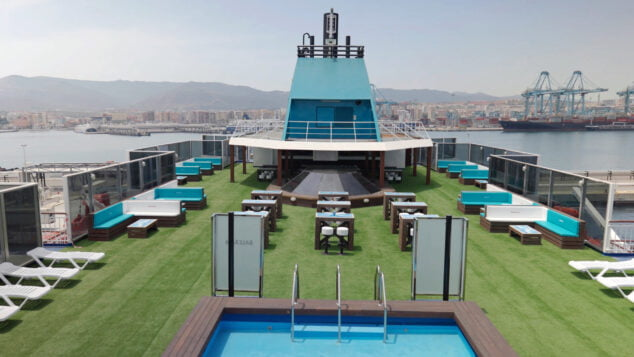 Imagen: Se han reconvertido 7,1 toneladas de plástico en mesas, sillas y bancos para las terrazas de los ferries Abel Matutes y el Martín i Soler