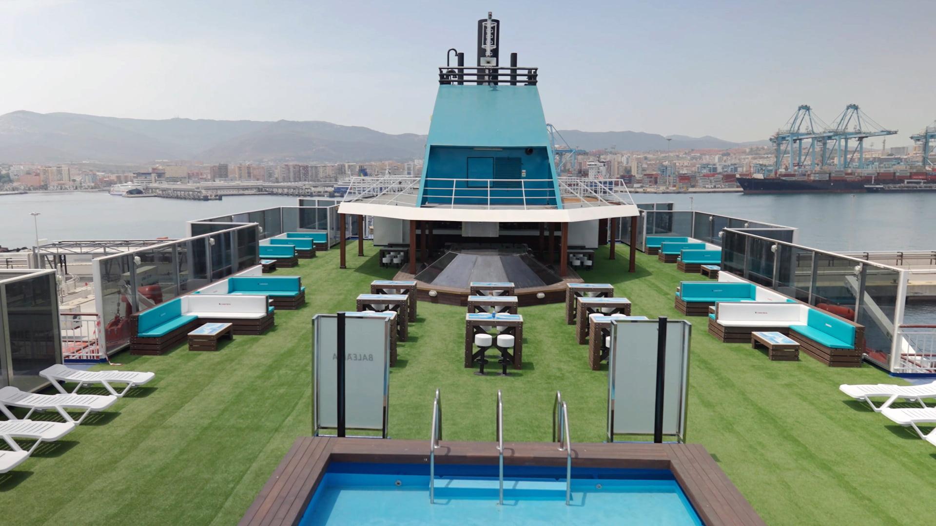 Se han reconvertido 7,1 toneladas de plástico en mesas, sillas y bancos para las terrazas de los ferries Abel Matutes y el Martín i Soler